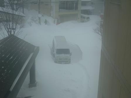 雪の中の車(上から)