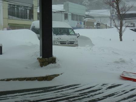 雪の中の車(横から)