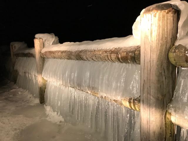 歌が浜のしぶき氷